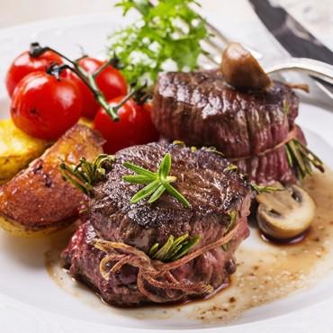Avec un plat de viande